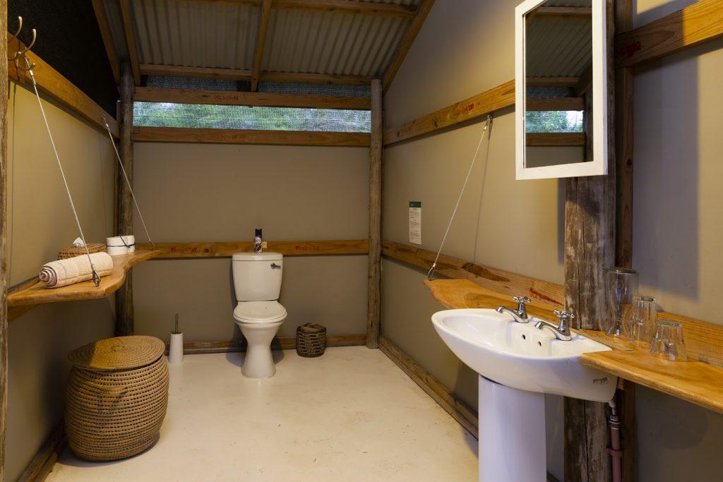 maputaland-travel-gugulesizwe-camp-room-interior-bathroom